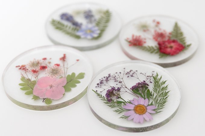 How to make resin coasters with pressed flowers 1